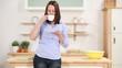frau trinkt kaffee in der küche