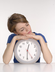 Joven mujer sosteniendo un reloj.