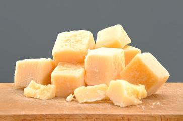 Trozos de queso parmesano.