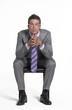 Optimista joven ejecutivo sentado.