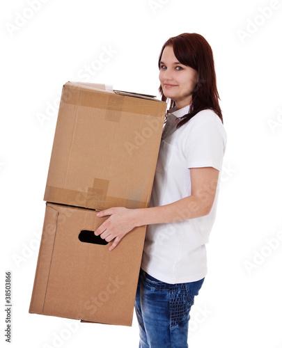 Junge Frau trägt Umzugskartons