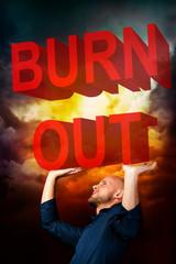 Mann wird von Burnout erdrückt