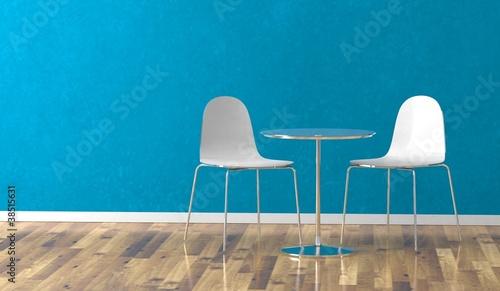 Wohndesign - weisse Stühle vor blauer Wand