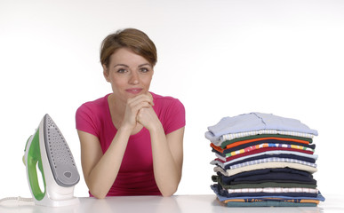 Joven mujer planchando ropa.