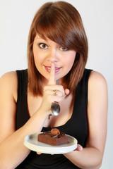 Jeune femme dégustant un gateau au chocolat