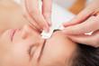 Akkpunkturbehandlung im Gesicht