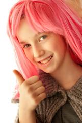 Bambina con parrucca rosa