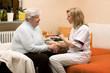 Altenpflegerin macht Hausbesuch bei Seniorin