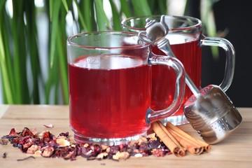 Zwei Gläser Tee mit Teesieb u. rotem Tee