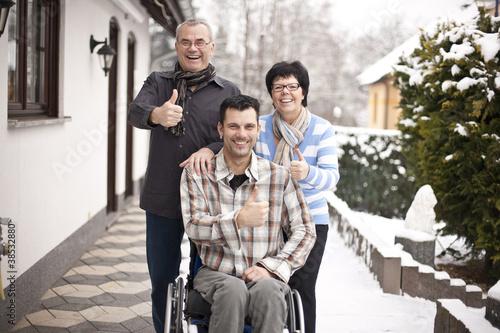 glückliche Familie mit Handicap