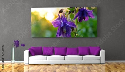 Wohndesign - Sofa mit lila Kissen