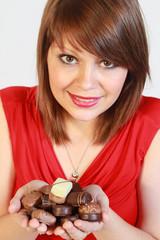 Jeune femme offrant des chocolats