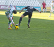 jugadores de fútbol luchando por balón