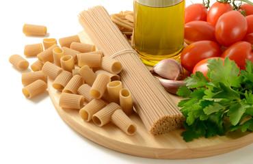 Pasta integrale, pomodori, olio extravergine, prezzemolo, aglio