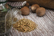 Spezie di timo con noce moscata su legno