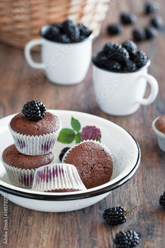 Muffins with blackberries and chocolate