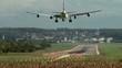 Passagierflugzeug landet auf der Landebahn