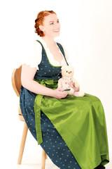 Frau in Tracht mit Teddybären