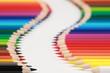 Buntstifte formen einen Weg