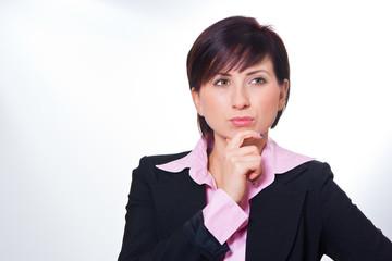 Junge Geschäftsfrau denkt nach