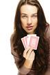 junge frau mit poker karten auf weissem hintergrund
