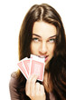 junge frau beisst in poker karte auf weissem hintergrund