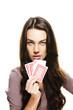 junge schöne frau hält poker karten auf weissem hintergrund