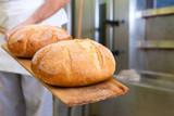 Bäcker beim Brotbacken