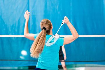Badminton in einer Turnhalle