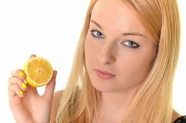 Jeune femme de beauté avec du citron à part