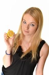 la jeune femme de beauté avec le citron dans la main