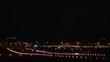 Flugzeug landet in der Nacht auf erleuchteter Landebahn
