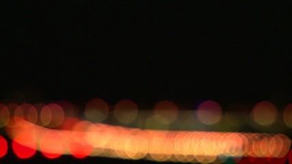 Flugzeug landet in der Nacht auf hell erleuchteter Landebahn