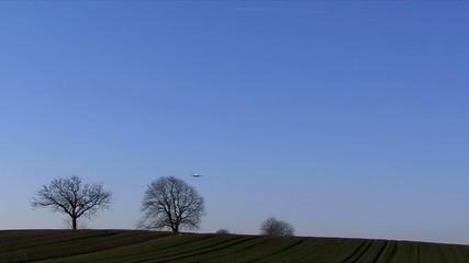 Flugzeug kurz vor der Landung auf dem Flugplatz