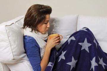 Adolescente ammalata sul divano