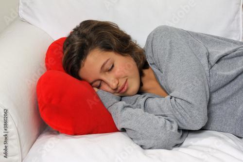 Adolescente dorme sul divano