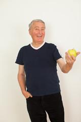 Senior mit Apfel