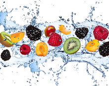Frische Früchte in Wasser spritzen, isoliert auf weißem Hintergrund