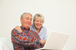 Senior und Seniorin mit Laptop