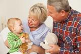 Oma und Opa mit dem Enkelkind
