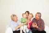 Familien Generation auf dem Sofa