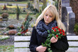 Junge Frau trauert auf Friedhof