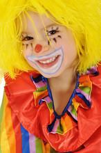 Dziewczynka w stroju klauna