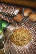 Spezie di timo e noce moscata su legno