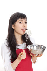 お菓子作りをする女性