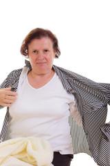 Frau zieht eine Bluse aus.