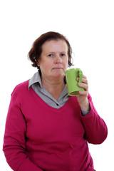 Seniorin mit großer Kaffeetasse