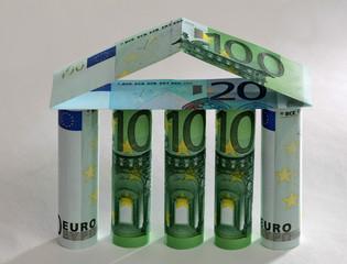 Haus aus Geldscheinen gebaut