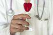 Doctora con una piruleta con forma de corazón en la mano