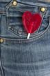 San Valentín, piruleta con forma de corazón, pantalón tejano.